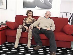 SCAMBISTI MATURI - Deep ass-fuck with mature Italian dame
