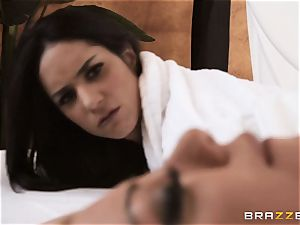 Behind the sheets with Tia Cyrus and Jessy Jones